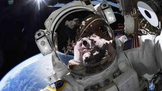 Американский астронавт сделал селфи в открытом космосе