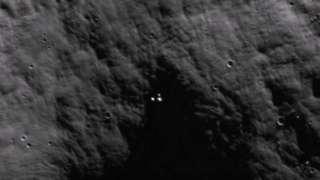 В глубине лунного кратера обнаружены загадочные огни
