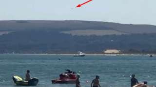 Бесформенный НЛО вторгся на британский пляж и распугал отдыхающих
