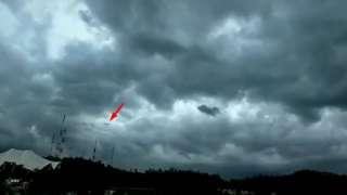 Сигарообразный НЛО появился в грозовом небе над Мексикой