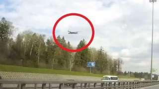 Видео того, как над Москвой завис самолёт, шокировало СМИ и заинтересовало экспертов по НЛО