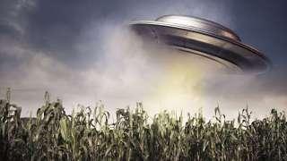 Шокирующее видео НЛО, оказавшегося близко к людям и поразившего их своими огромными размерами, попало в Сеть