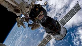 """Эксперт назвал бессмысленным обследование космонавтами отверстия в """"Союзе"""""""