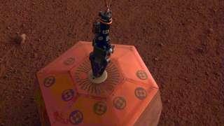 Аппарат InSight установил на поверхности Марса сейсмометр и уже получил первые данные