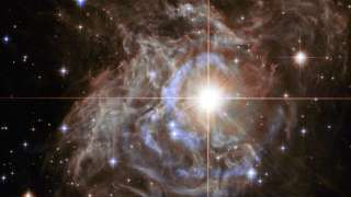 Hubble получил зрелищный снимок гигантской звезды в форме рождественского венка