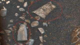 Скотт Уоринг обнаружил на поверхности Марса крыло самолета и фрагмент плитки