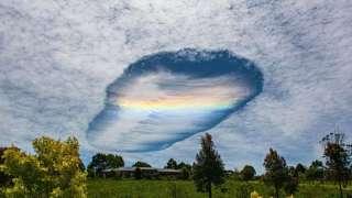 В небе над ОАЭ появилась гигантская дыра, попавшая на видео и шокировавшая местных жителей