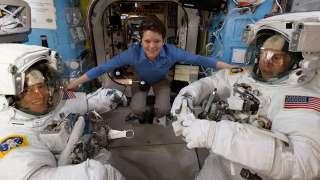 Астронавты Энн Макклейн и Ник Хейг совершили первый в этом году выход в открытый космос