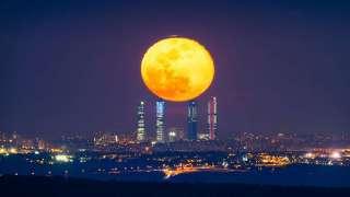 В Сети опубликован завораживающий снимок полной луны над Мадридом