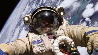 У американского астронавта на МКС сломался скафандр