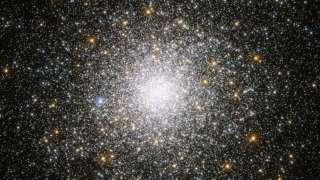 Телескоп Hubble прислал на Землю завораживающий снимок шарового звездного скопления Messier 75