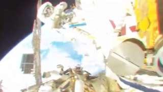 Российские космонавты забрали полотенце, пробывшее в открытом космосе 10 лет