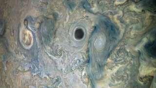 Зонд Juno запечатлел странный черный вихрь на Юпитере