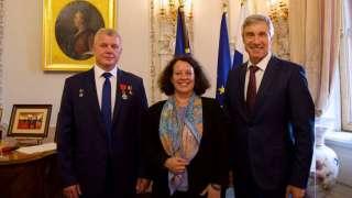 Французский посол вручила в Москве космонавту Олегу Новицкому орден Почетного легиона