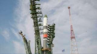 Ракета «Союз-2.1а» с кораблем «Прогресс МС-12» установлена на стартовой площадке Байконура