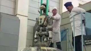 Робот FEDOR показал видео, как его извлекают из корабля «Союз»