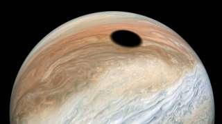 Ученые объяснили появление огромного черного пятна на Юпитере