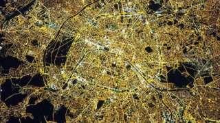 NASA показало, как выглядит ночной Париж из космоса