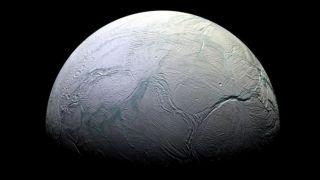 На северном полушарии Энцелада обнаружили свежий водяной лед и геологическая активность