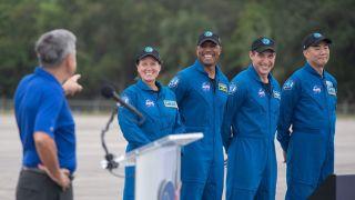 Экипаж корабля Crew Dragon-1 прибыл на космодром