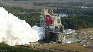 NASA провели огневые испытания двигателей ракеты для полета к Луне