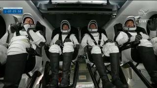 Пилотируемый корабль Crew Dragon с четырьмя астронавтами на борту успешно стартовал к МКС