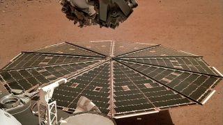 Падение уровня мощности солнечных батарей угрожает миссии InSight
